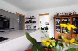 Innenbereich Küche in massiver Holzwandausführung - gestrichen