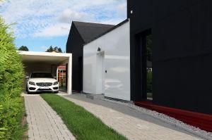 Zufahrt zum Eingangsbereich mit GFK-Fassade in 'Wagenfarbe'