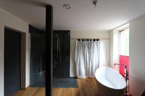 Bad im UG mit Zugang zur Sauna
