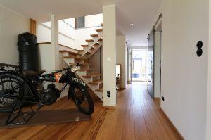Zugang zum OG mit Boxsack und Motorrad
